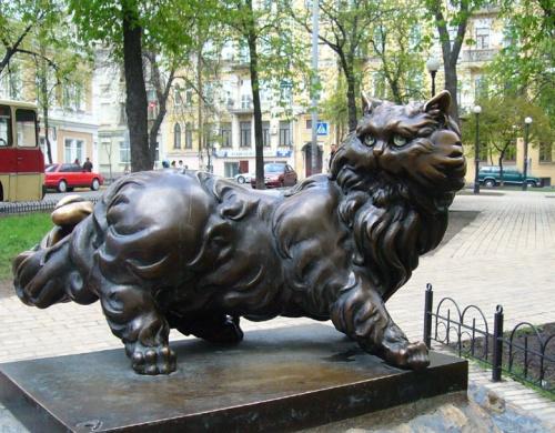 """У ресторана """"Патнагрюэль"""" был кот, который погиб  во время пожара. Теперь около восстановленного заведения - памятник любимцу."""