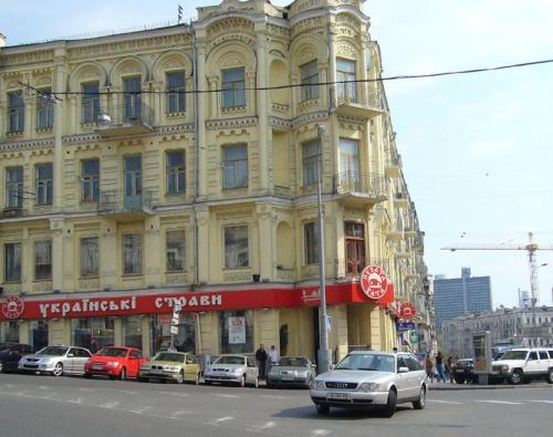 """""""Пузата Хата"""" на Бесарабской площади. Проблемы те же, что  и у """"Здоровенькі Були!"""", но  вкуснятина-то  какая... Много столиков на 2-ух этажах."""