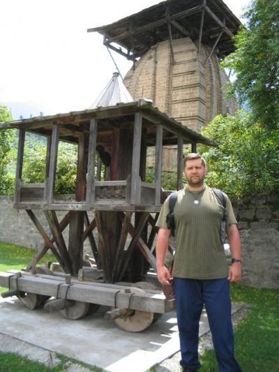 Выездной экипаж Кришны у храма на горе.