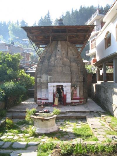 Жена и сын брахмана служат утреннюю пуджу в храме Вишну.