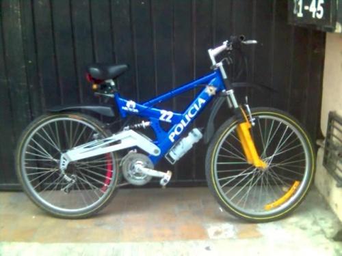 Полицейский велосипед на паркинг