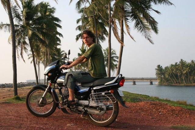 На мотоцикле за 200 рупий в день