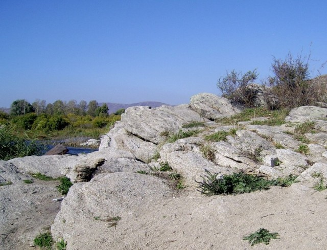 камни съедают море