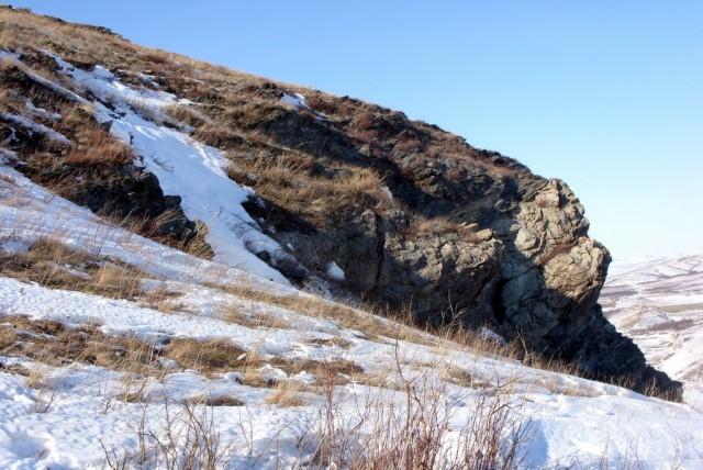 Февральский ветер сдувает снег в  ущелье