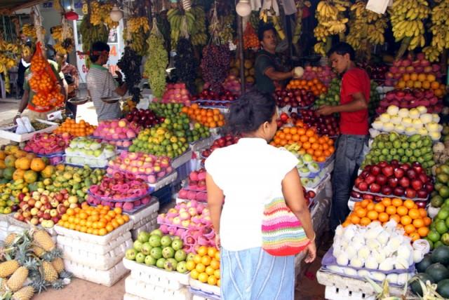 Покупают фрукты