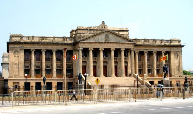 Старое здание парламента на набережной