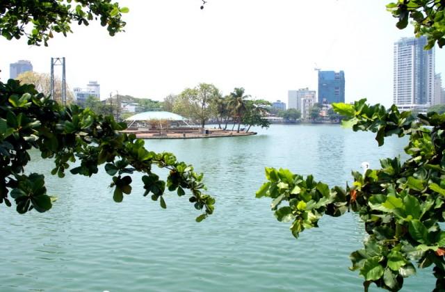 За железнодорожными путями находится озеро Бейра и с трех сторон окружает Остров Рабов