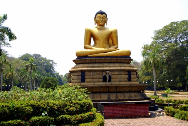 Напротив Будда в состоянии нирваны