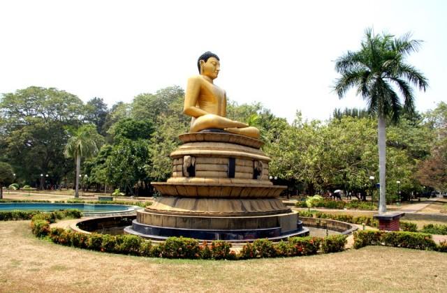 Будда в парке Вихара Махадэви