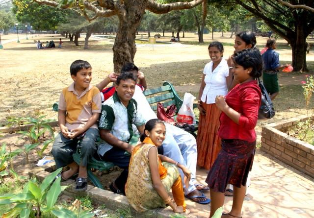 Выходной день ланкийской семьи в парке Вихара Махадэви