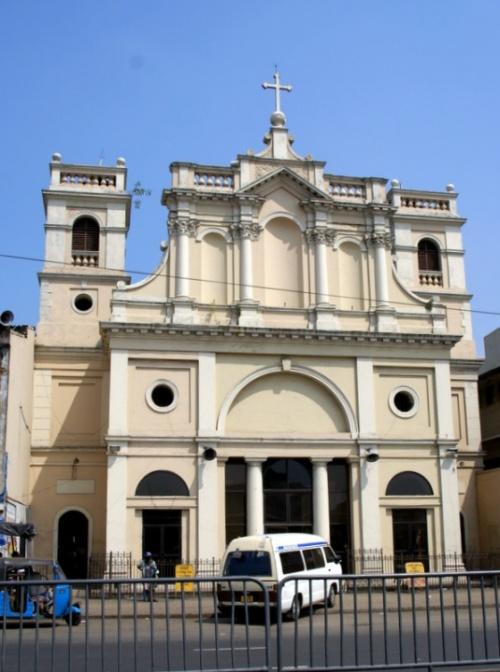 Внутри католического храма прохладно, безлюдно  и тихо