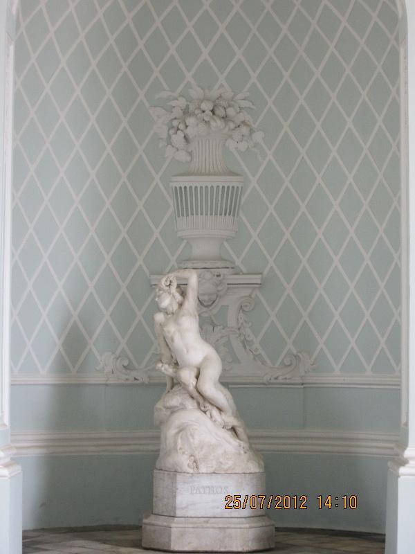 статуи в павильоне Грот