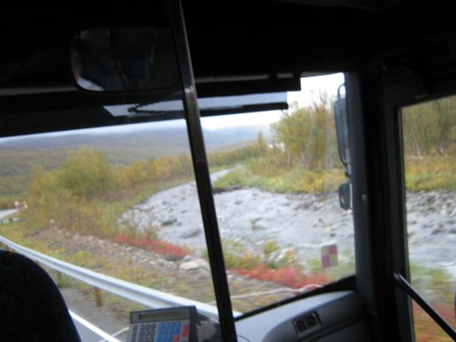 Вдоль дороги вилась речка, неглубокая, но очень шустрая, иногда сужаясь, иногда расширяясь.