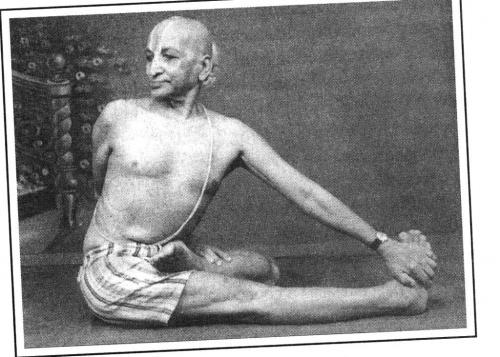 Кришнамачарья демонстрирует варианты ардха-матсьендрасаны.