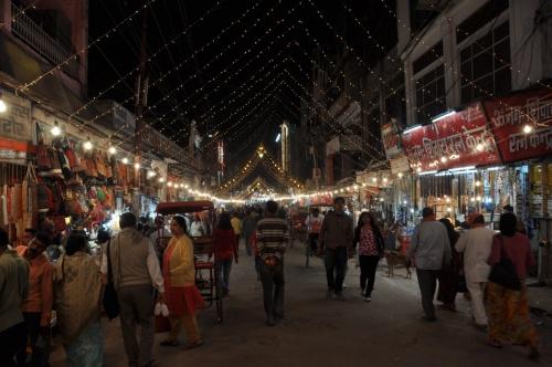 улица Харидвара в праздничный вечер Дивали