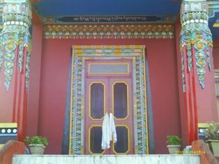 на фото: вход в храм защитников монастыря
