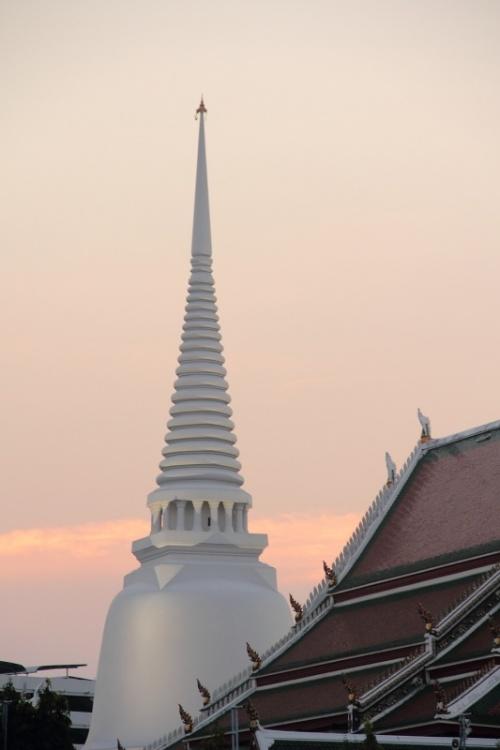 по всему Бангкоку космические корабли