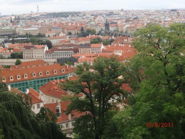 Вид из Королевского Дворца на Прагу и Карлов мост