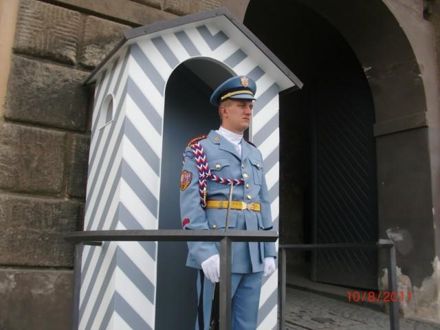 Все входы в Град стерегут гвардейцы в форме от Жан Поль-Готье