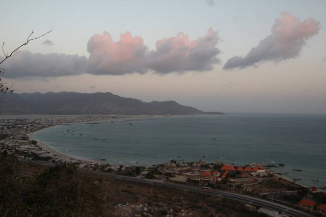 Вид на бухту с ближайшего холма. Собственно Кана, справа виден недостроенный резорт, а у границы кадра Ca Na hotel
