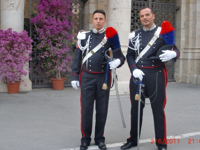 бравые гвардейцы охраны )))