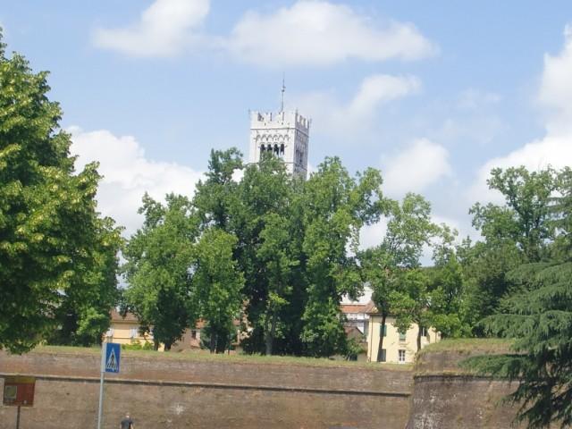 Старая городская стена и колокольня  за ней