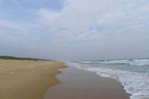 Дикий пляж за рыбацкой деревней