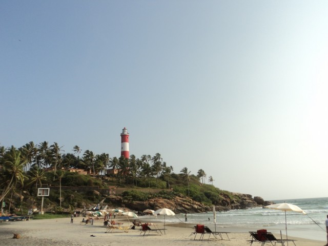 вид с пляжа на маяк