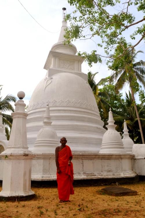 Одинокий монах живущий с старом храме, спрятанный в джунглях