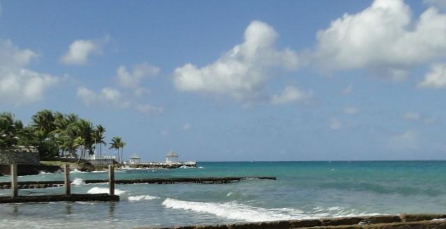 вид с дикого пляжа на цивильный отель