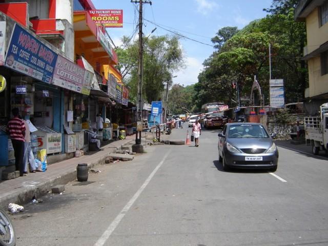 За шлагбаумом автобусы по Тамил Наду