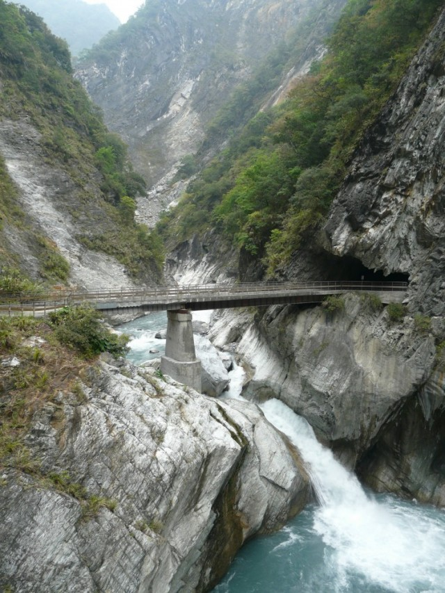 Мост, ведущий внутрь скалы