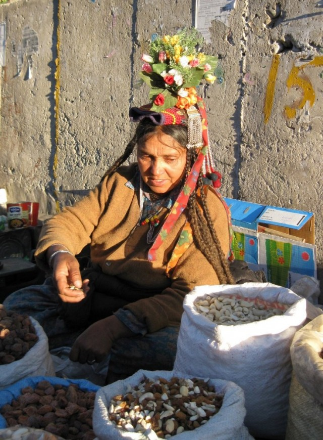 Ладакская женщина торкует орехами на улице Ле