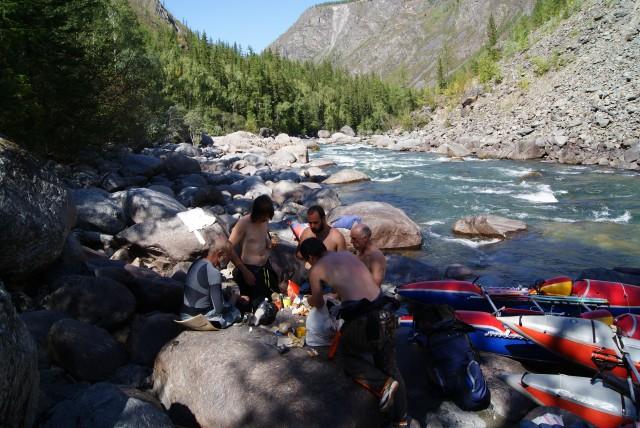 В отличие от каньона Колорадо, где чуть ли не киоски с мороженым по берегам тут всё по простому :)