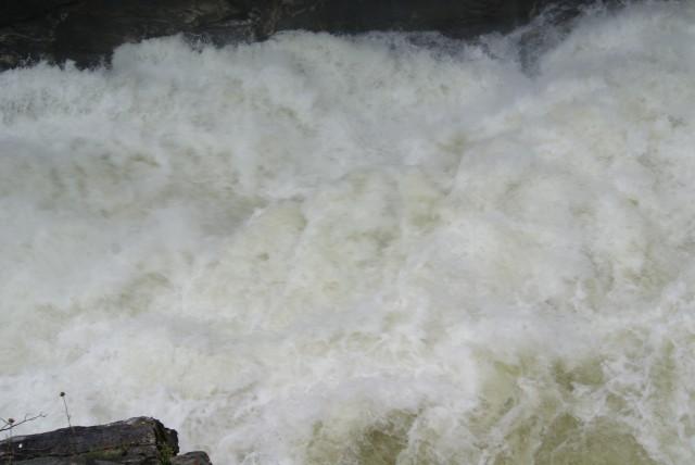 Выходная шивера после водопада. Беленькая.