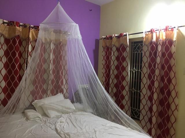 Комната в Грин Гардене за 750 рп ( со скидкой). Два окна, светлая (фото ночью:), с горячей водой, сейфом и тп.