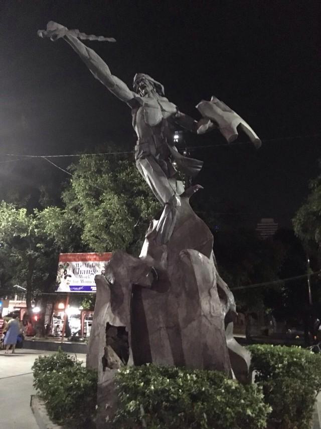 Памятник Лапу Лапу у Манильского залива