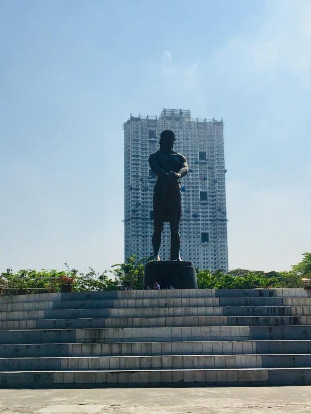Ещё памятник Лапу-Лапу в парке Ризаль