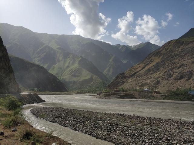 Справа река Пяндж