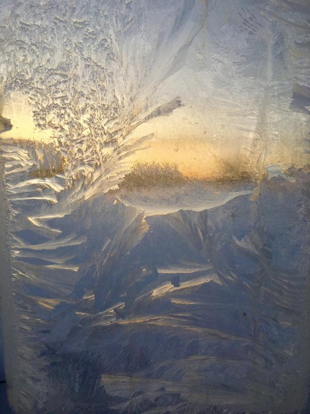 Морозное стекло, вид из дома на улицу