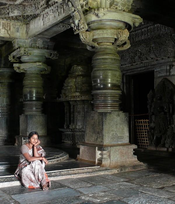 Девушка в храме. Халебиду