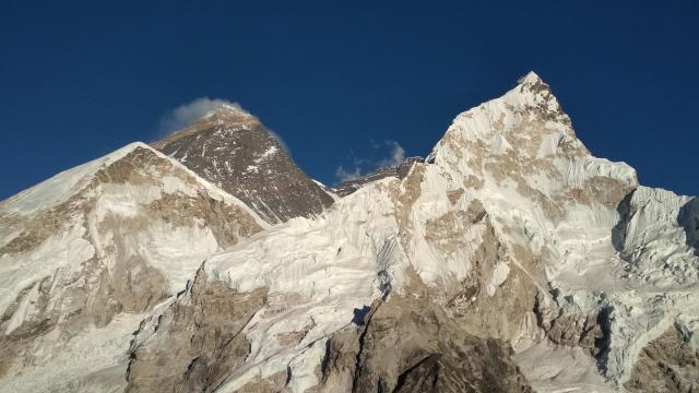 Эверест. Справа Нупцзе.