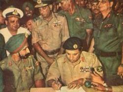 пакистанцы подписывают капитуляцию перед Индией