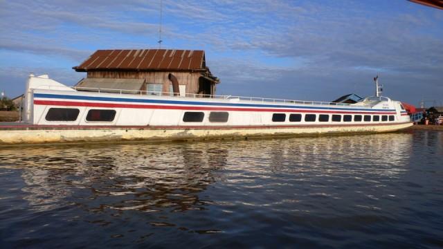 самый быстрый корабль в Камбодже:)