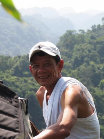 Этот милый проводник шел всю дорогу во вьетнамках.