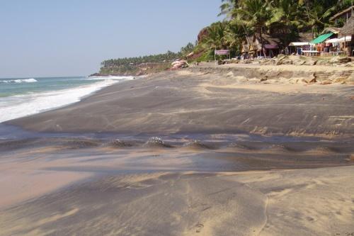 К югу от центрального пляжа тоже есть черный песок - с ручейком