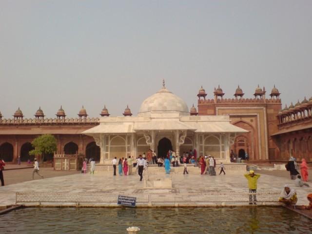 """Исламская святыня---мавзолей в Фатехпур-сикри, и тут белых дурят """"студенты"""""""