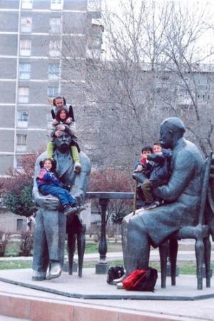 Памятники и дети. Фото: З.Дахте