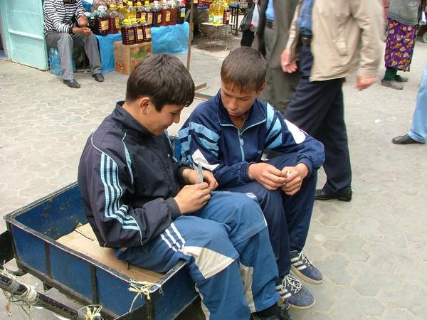 Дети работают делят деньги. Зачем в школу ходить?