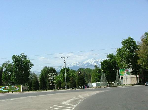 Вид на Гиссарский хребет с самого центра Душанбе